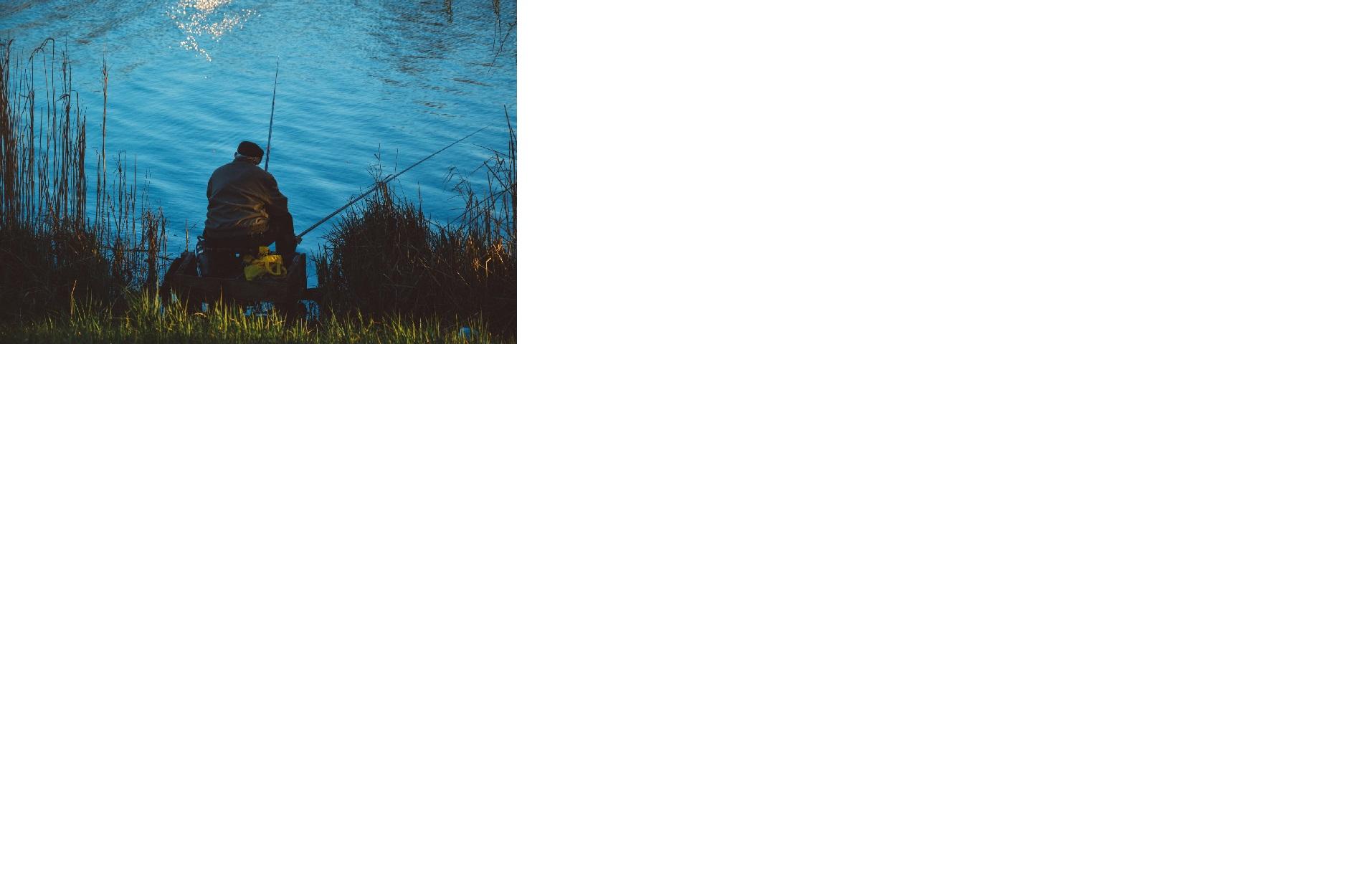 Man som fiskar i sjön